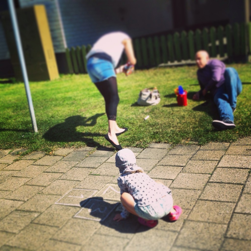 13. Une famille finlandaise profite de l'été sur un trottoir au bord de la route