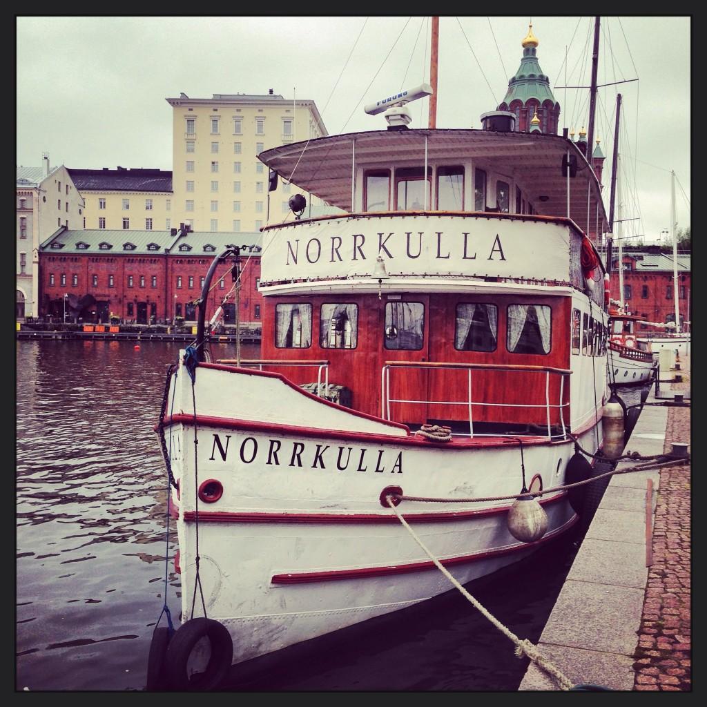 40. Un joli yacht à quai à Helsinki