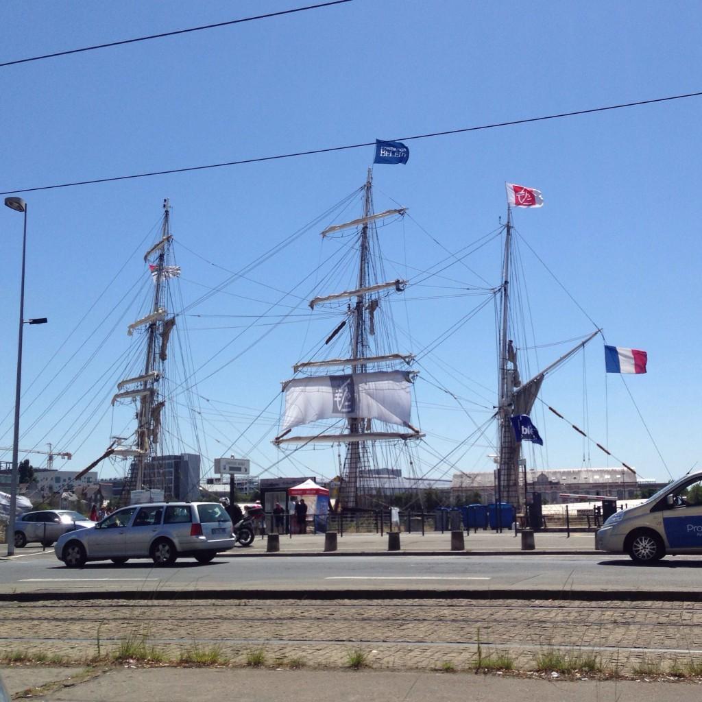Le Belem, amarré au quai de la Fosse à Nantes, seul le gréement est visible