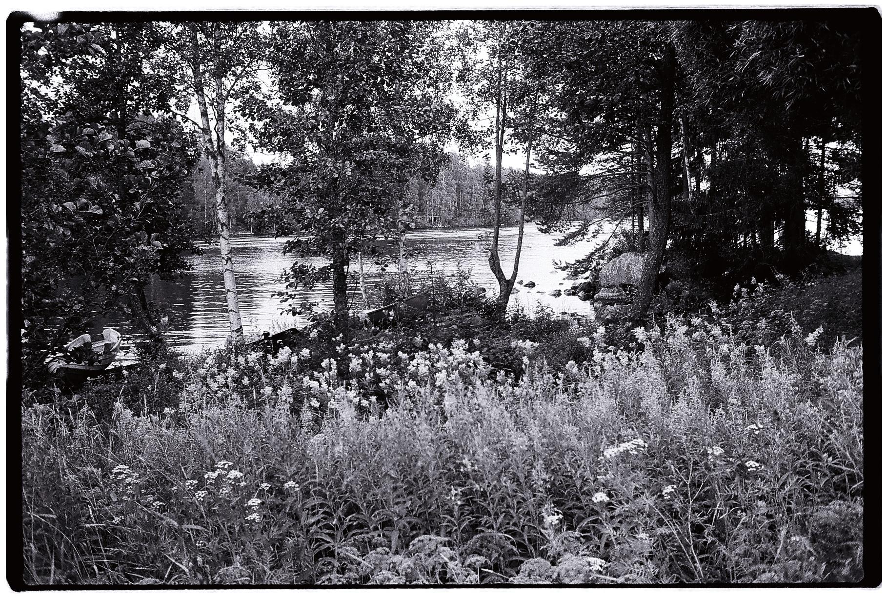 Aux pays des milles lacs en noir et blanc