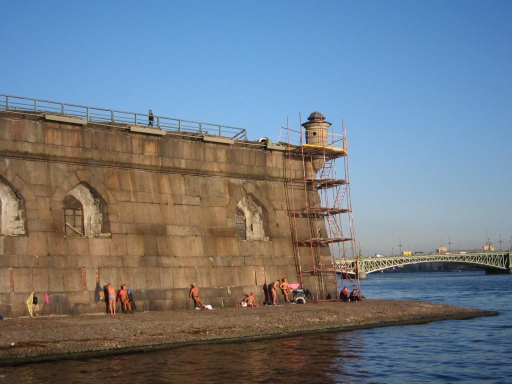 Bains de soleil à Saint Pétersbourg le long de la Neva