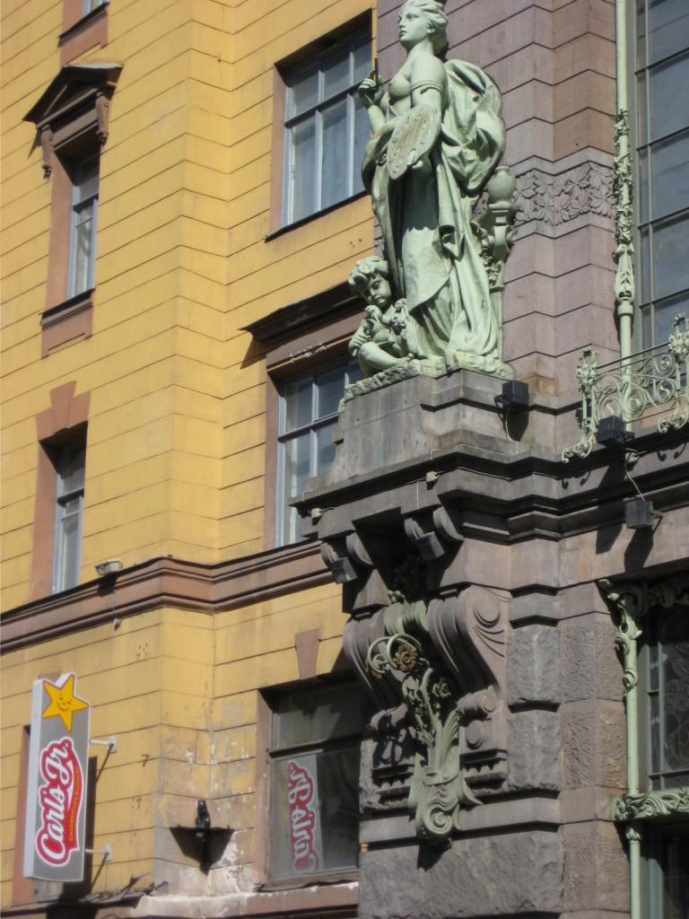 Une statut sur une façade d'immeuble à Saint-Pétersbourg