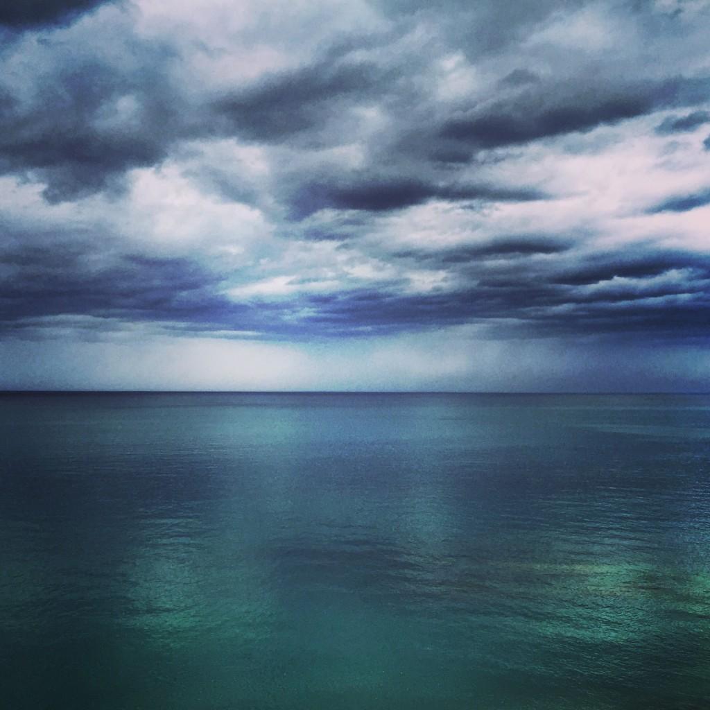 Une mer d'huile à Guethary juste avant la pluie.