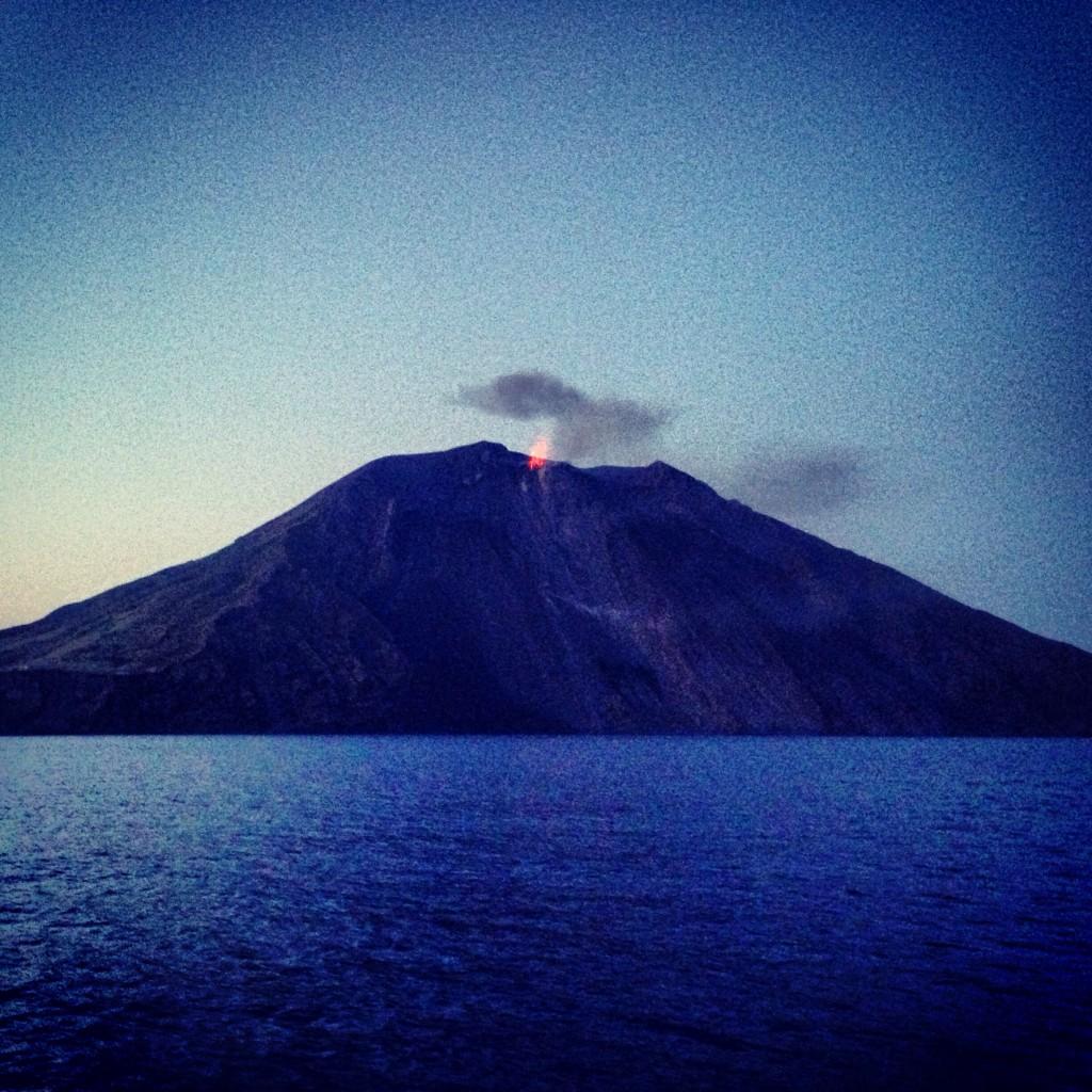Le volcan de l'île de Stromboli au petit matin en mer Tyrrhénienne