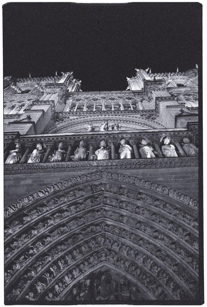 La cathédrale de Paris la nuit
