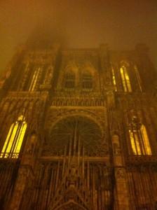 La cathédrale de Strasbourg enveloppée dans le brouillard