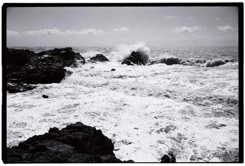 La mer et le vent se réunissent pour s'attaquer aux rochers et offrir un spectacle hypnotique