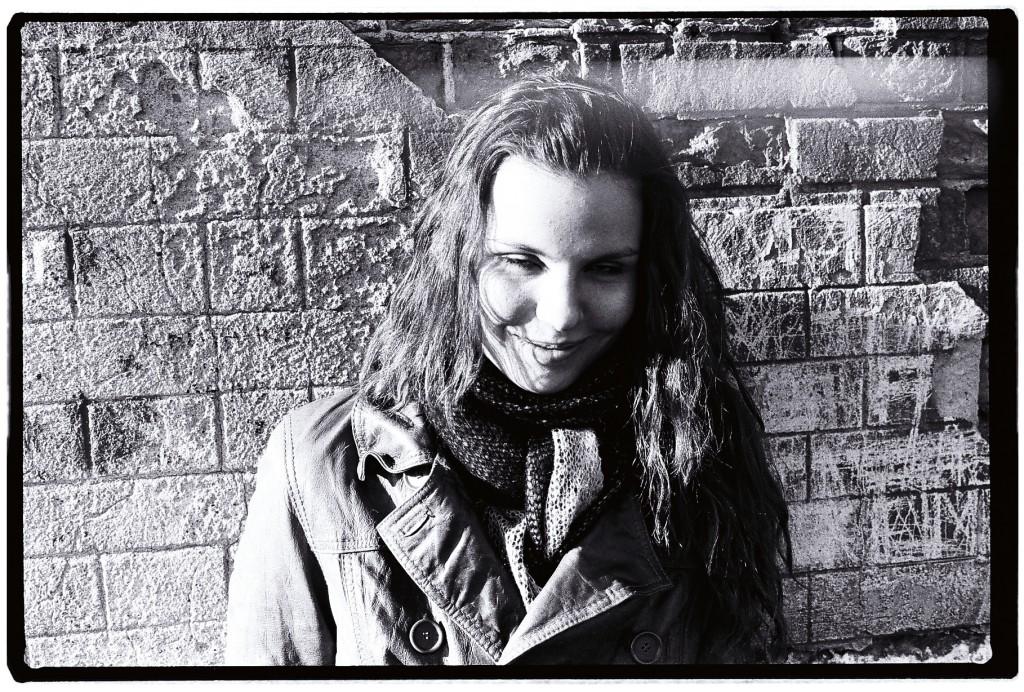 Portrait d'une jeune fille russe le long de la Neva