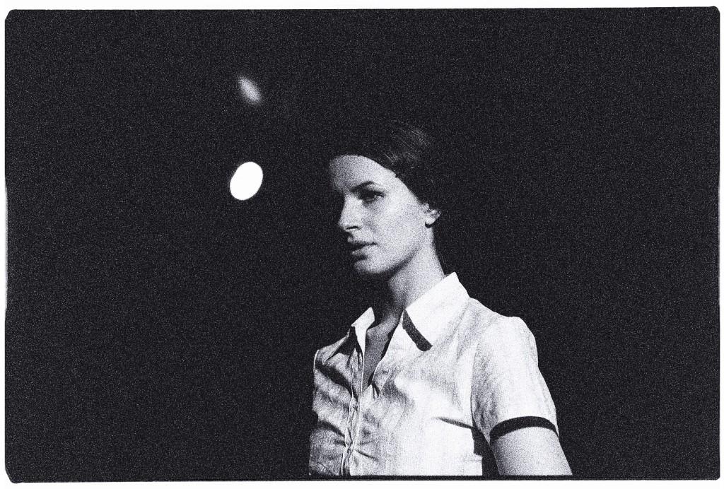 Une jeune actrice lors d'une répétition générale d'une pièce de théatre