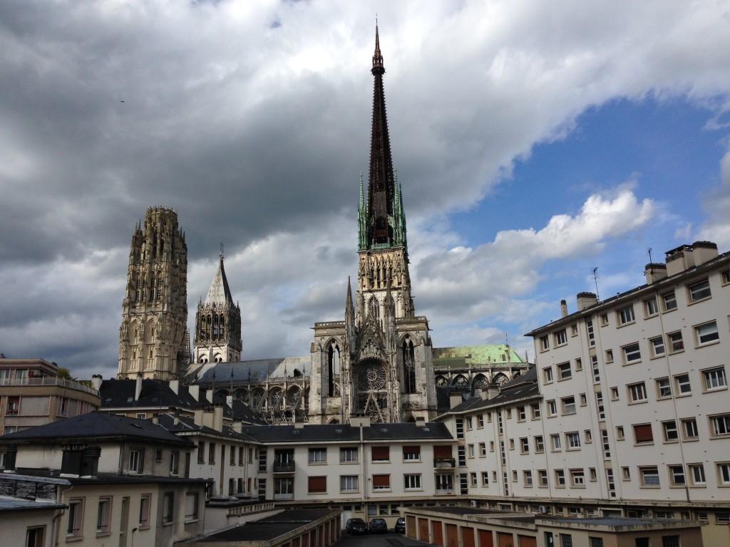 Vue sur cour et sur la cathédrale de Rouen
