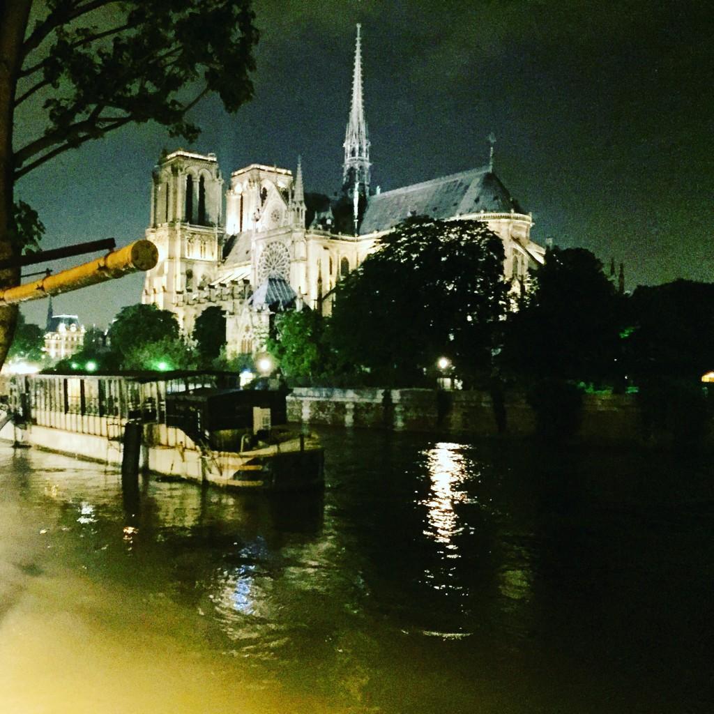 La cathédrale de Paris cernée par la Seine en crue