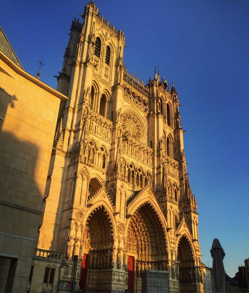 Le soleil vient mettre en valeur la très belle cathédrale d'Amiens en fin de journée