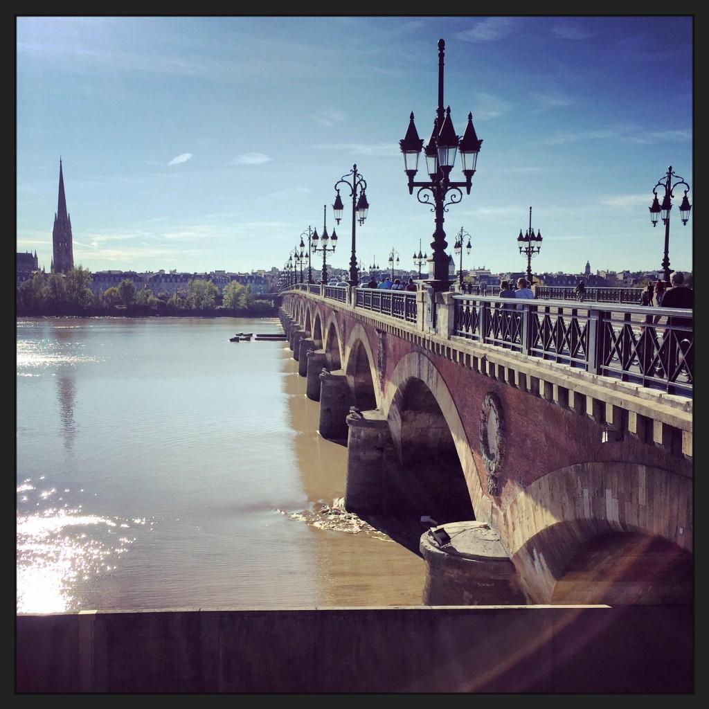 Le pont de pierre qui enjambe la Garonne et la flèche Saint-Michel