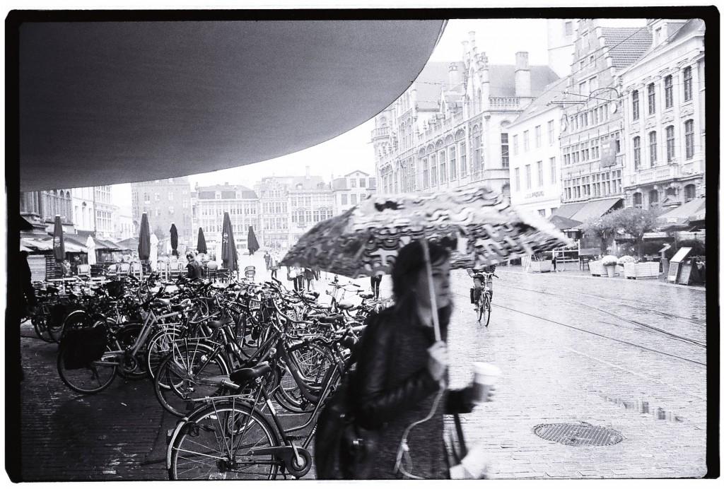 Une passante sous la pluie