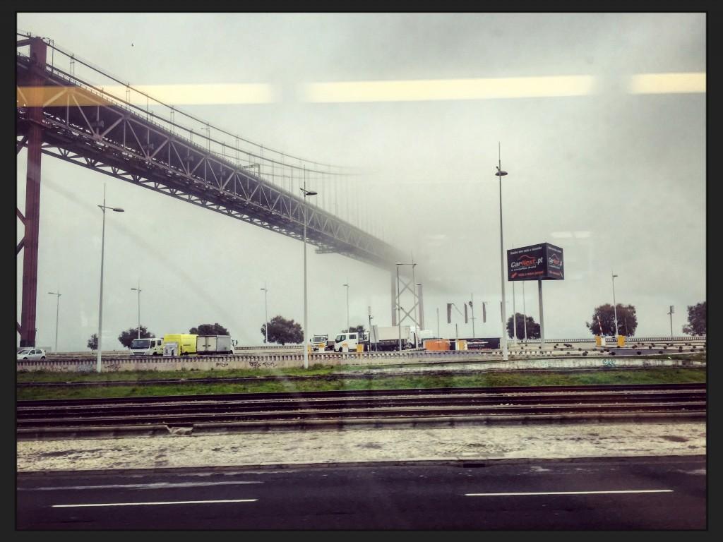 Le pont de Lisbonne dans la brume