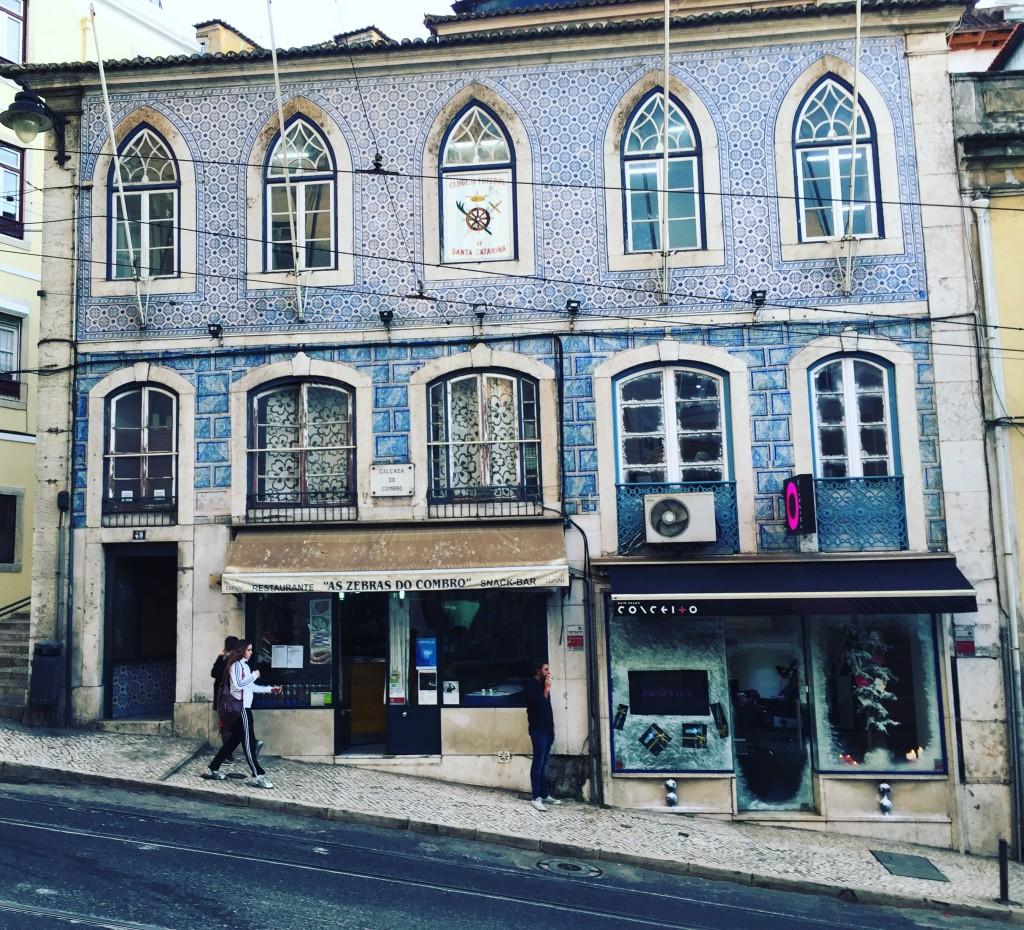 Une façade insolite en faîence bleue