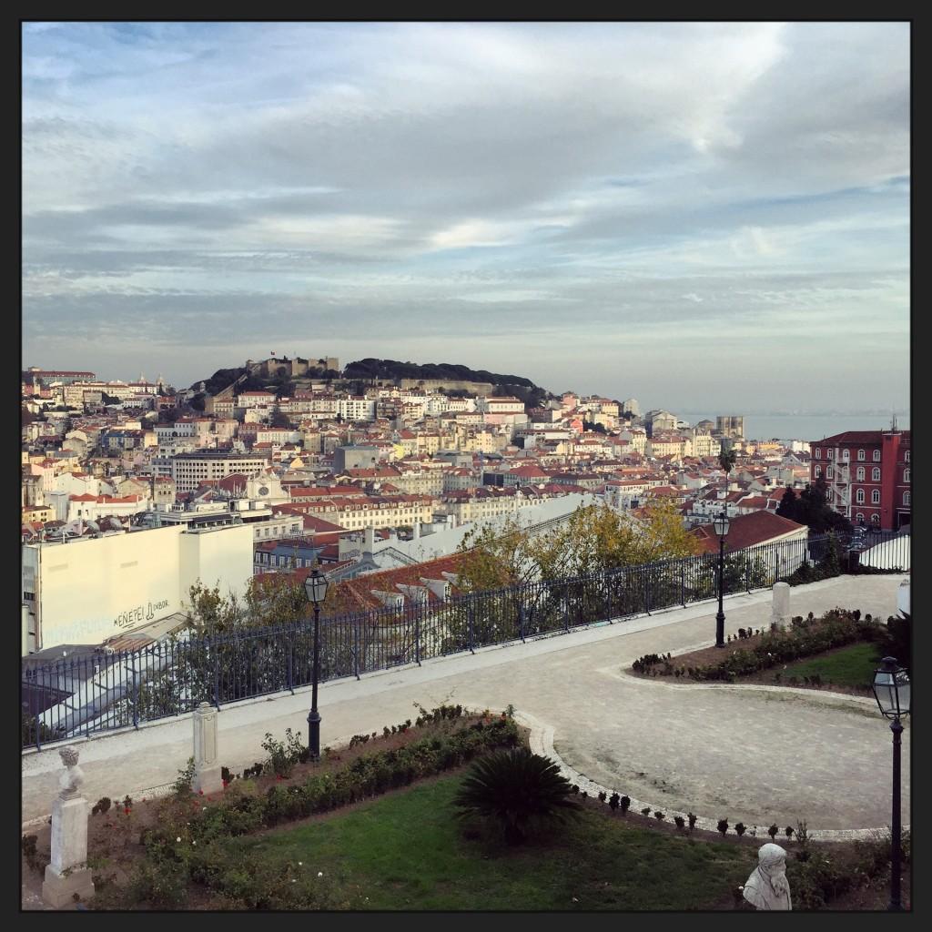 Vue sur la ville de Lisbonne depuis le miradour de San Pedro