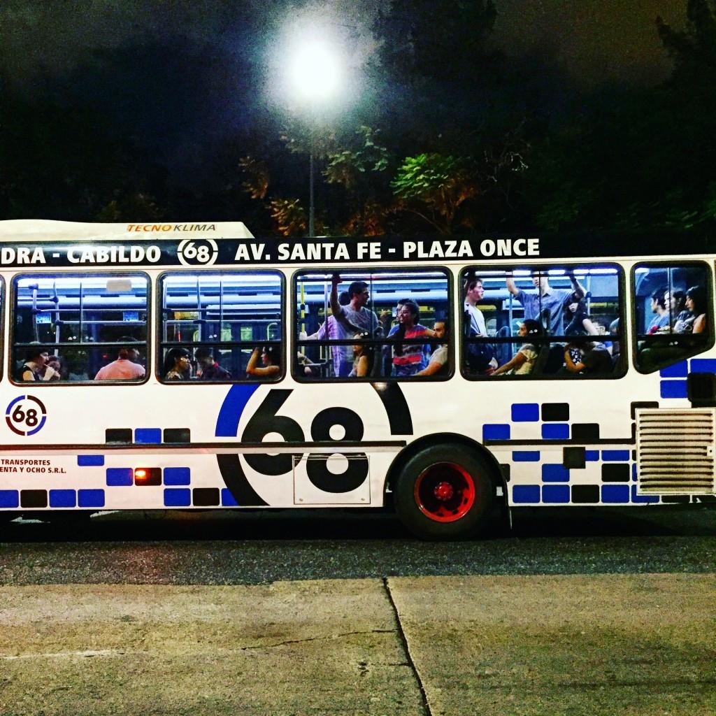 Un bus la nuit à Buenos Aires