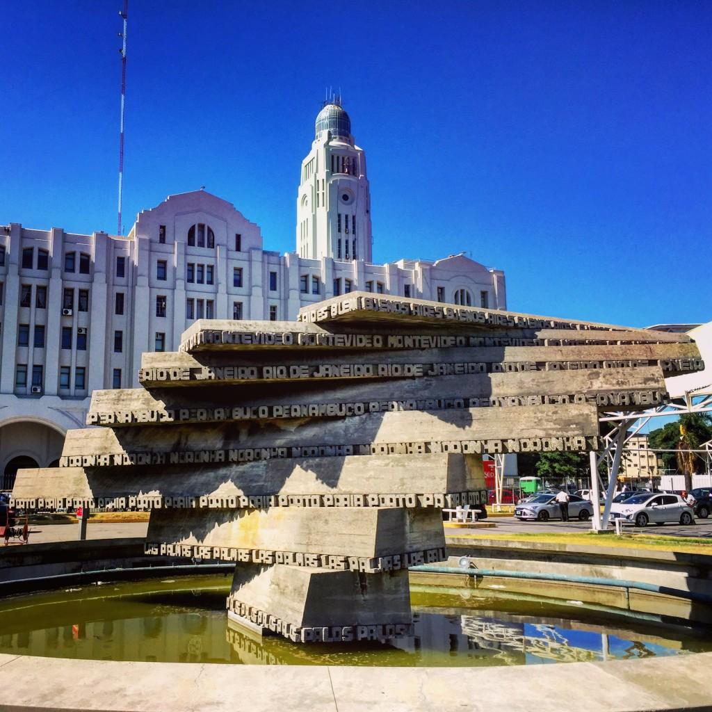 L'un des premiers bâtiments lorsque l'on sort de la gare maritime de Montevideo.