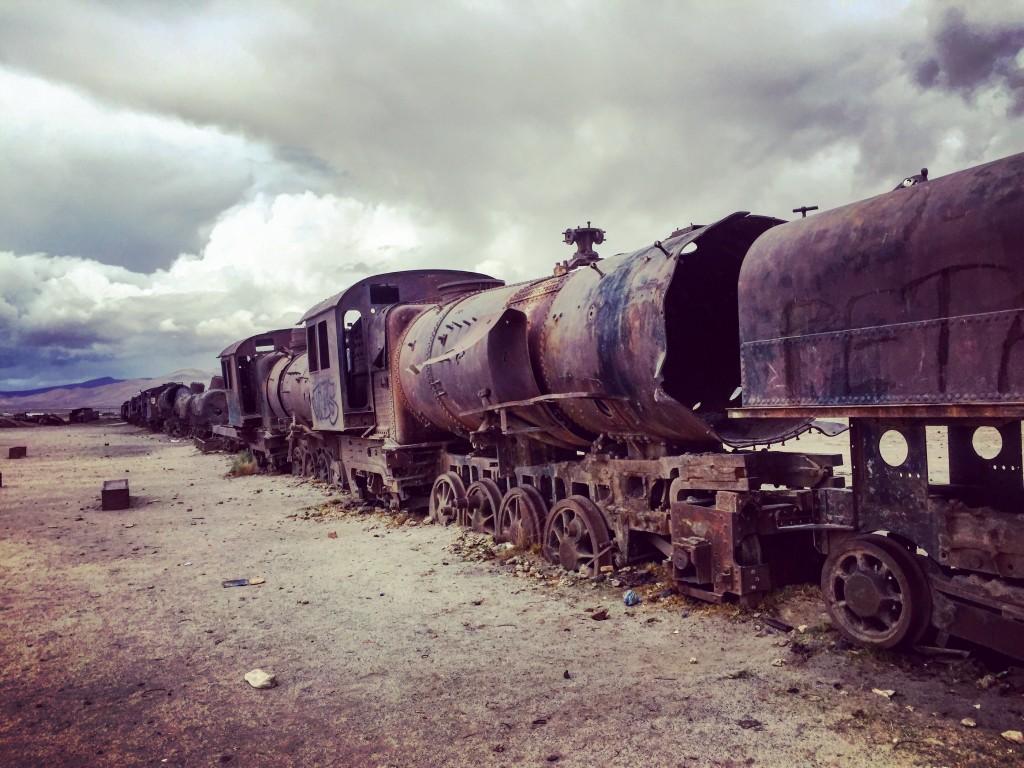 Files interminables de locomotives abandonnées au Sud Lipez