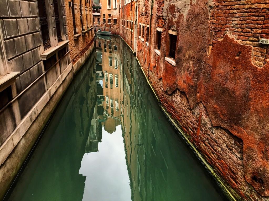 Un canal serpente entre des murs défraîchis