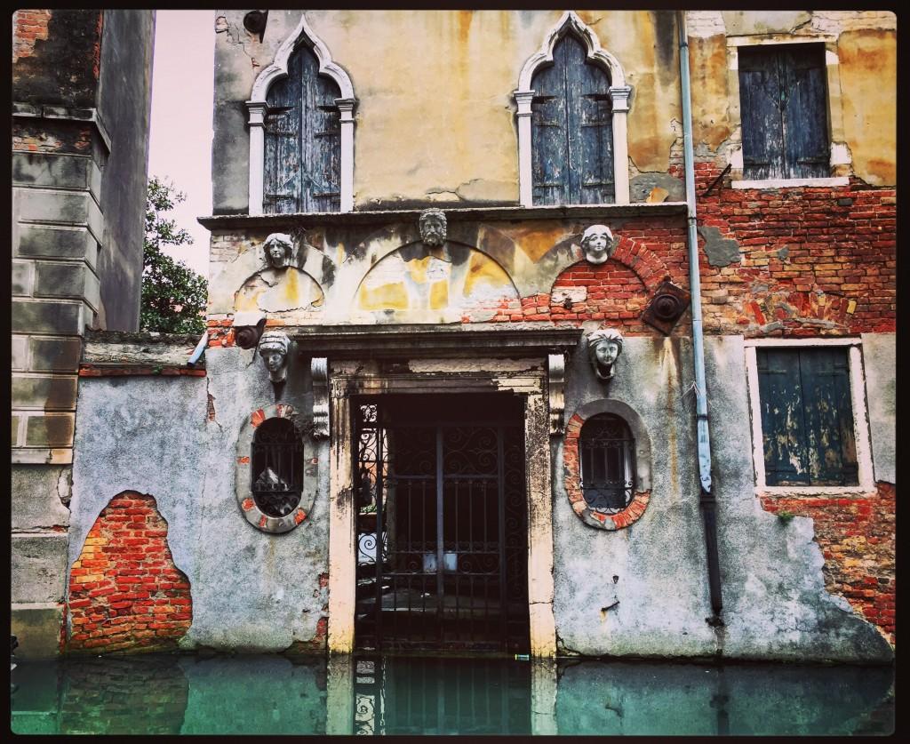 Venise, des bâtiments magnifiques qui semblent avoir été abandonnés depuis longtemps