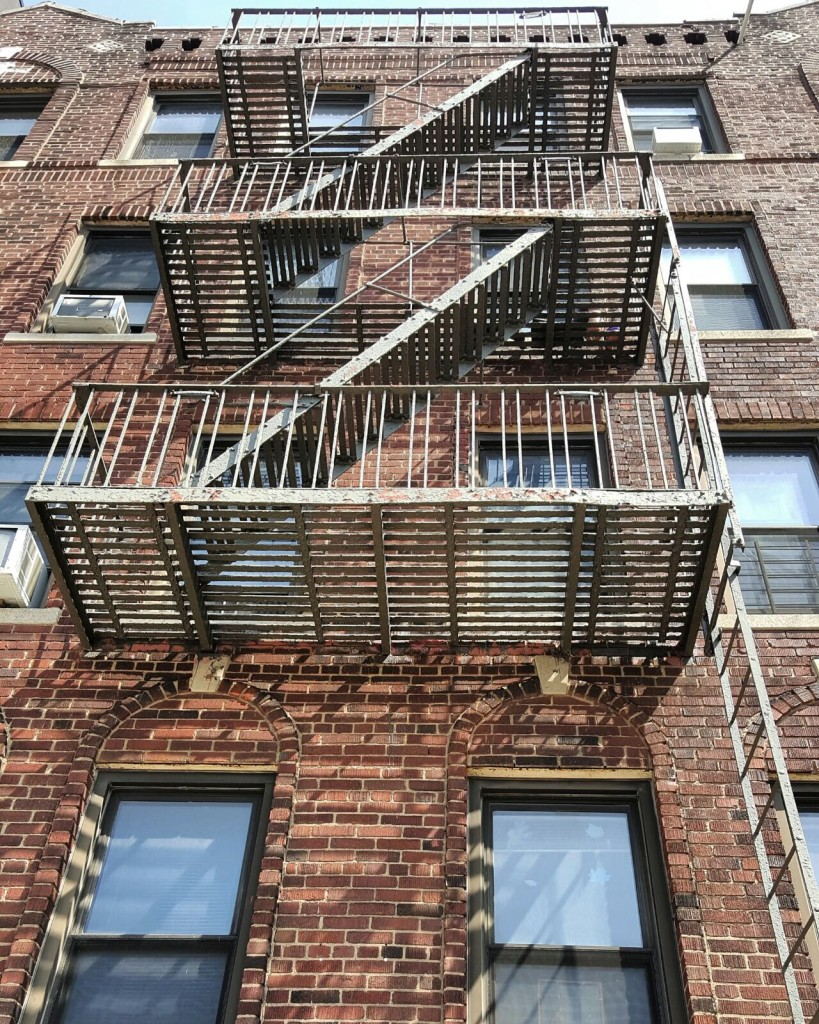 Des escaliers métalliques, issues de secours Comme dans les films.