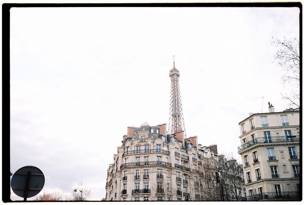 La Tour Eiffel vue depuis l'avenue de la Bourdonnais