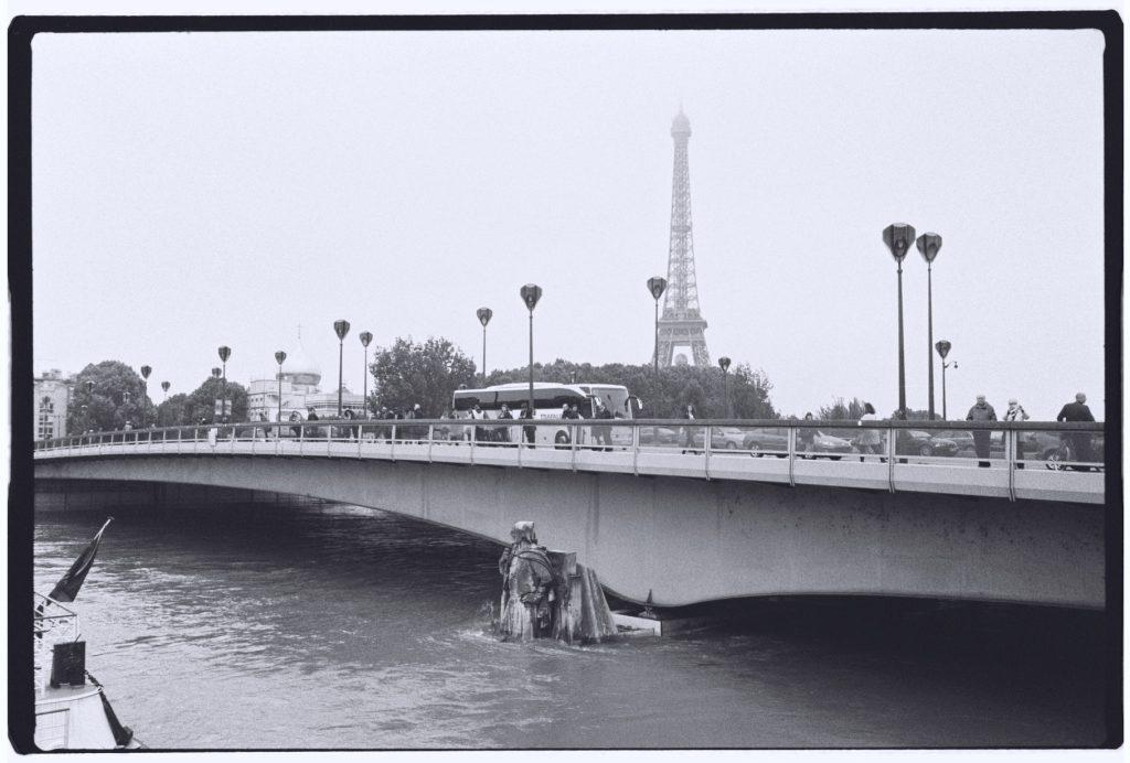 Le pont de l'Alma pendant la crue de juin 2016 et la Tour Eiffel dans les lointains