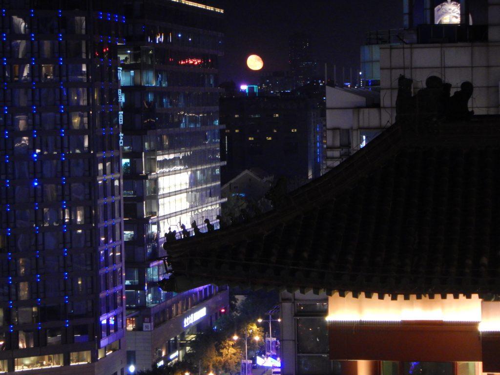 La lune se lève sur Pékin