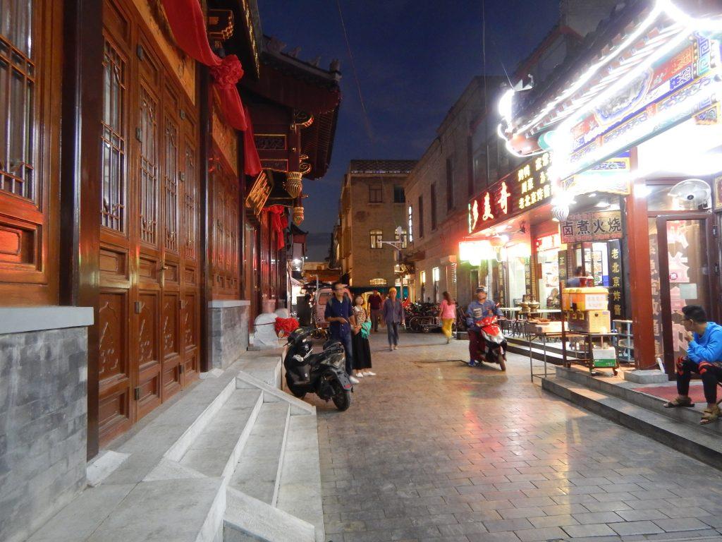 Une rue de Pékin la nuit