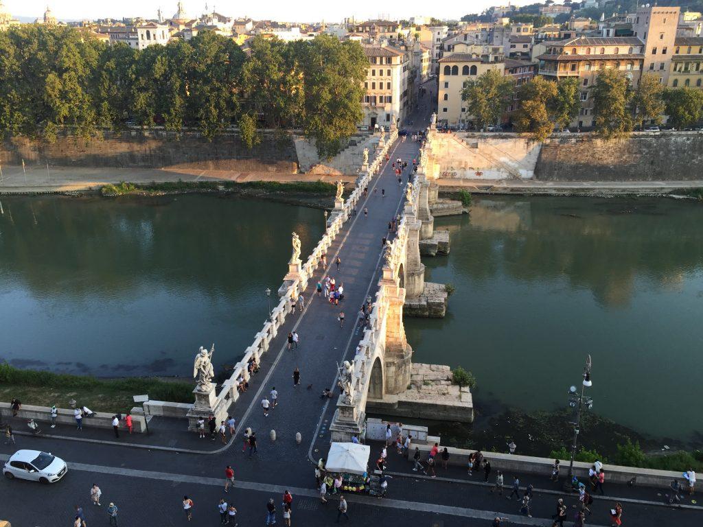 Le pont Saint Ange vu depuis le château Saint-Ange à Rome