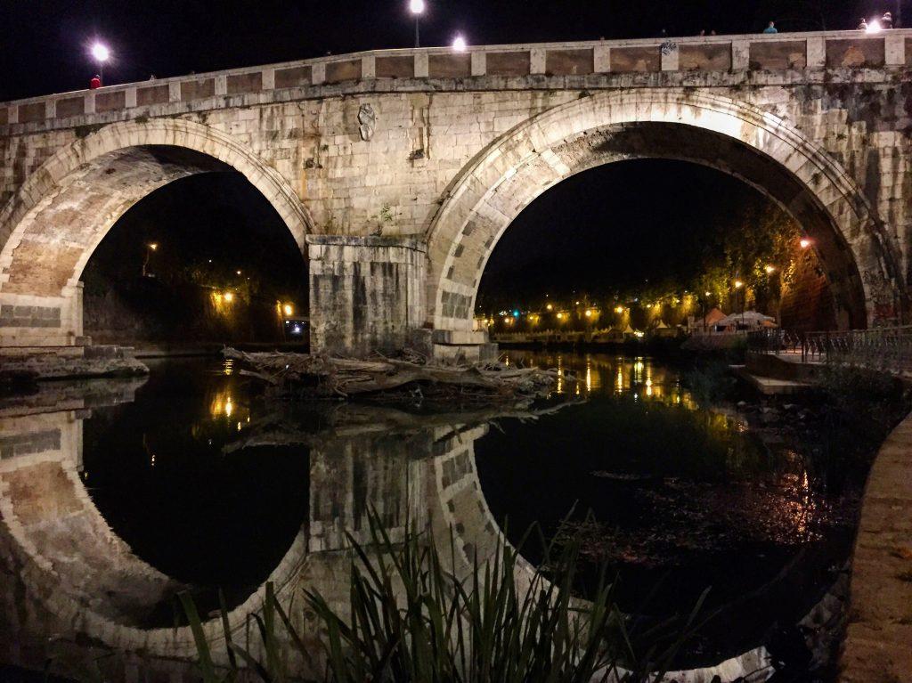 Un pont la nuit à Rome