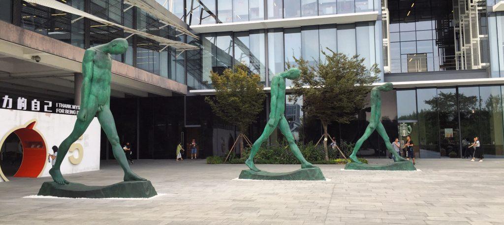Mariage entre architecture et sculptures au siège d'Alibaba en Chine.