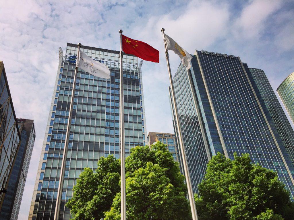 Contre plongée au pied des buildings de Hangzhou