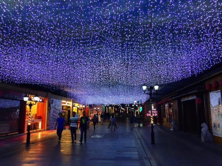 Balade de nuit dans une rue commerçante de Wuhan - Chine