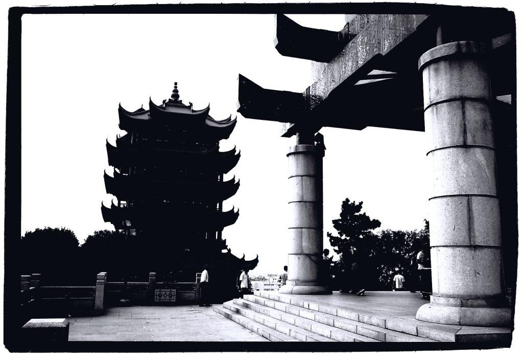 La Yellow Crane Tower à Wuhan, province du Hubei. Contraste total.