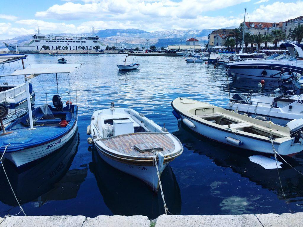 Le charmant petit port de la ville de Supetar