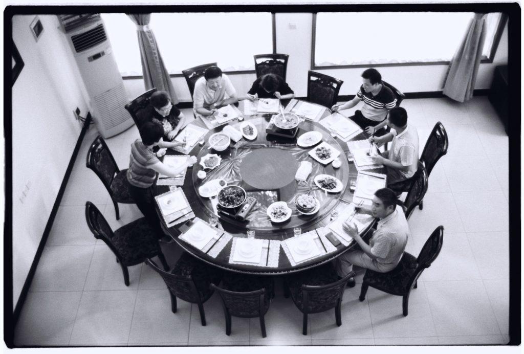 Partage de différents plats lors d'un repas traditionnel chinois