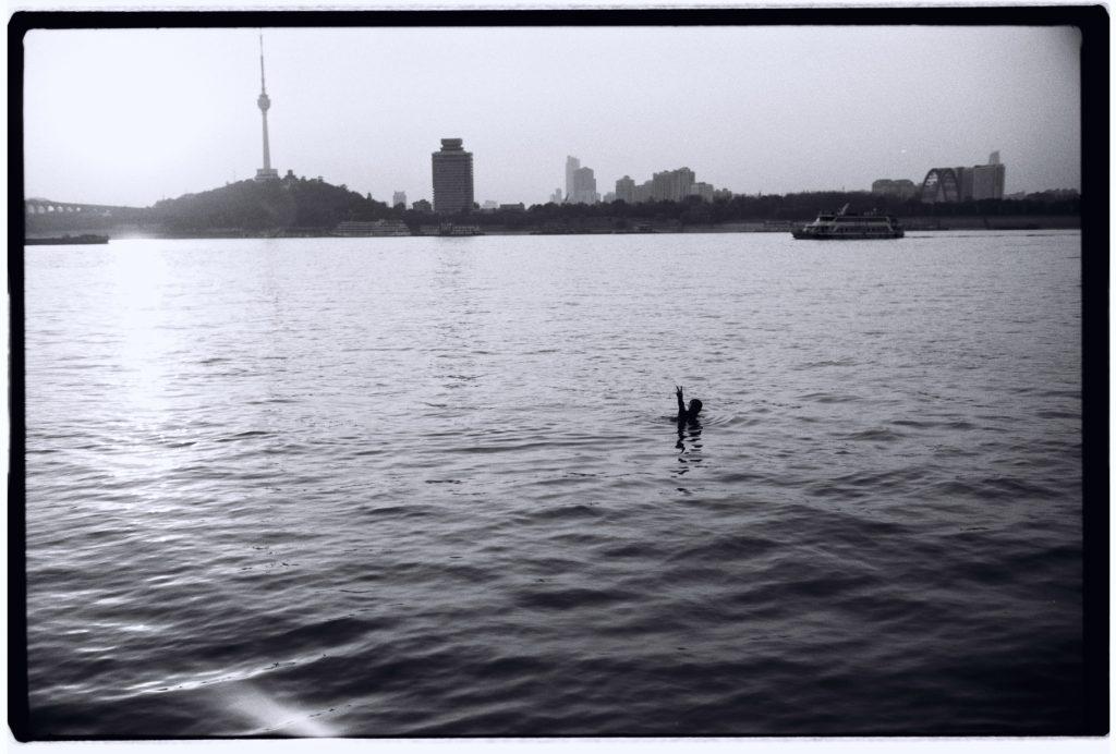 Quelques nageurs affrontent le fleuve en fin d'après midi