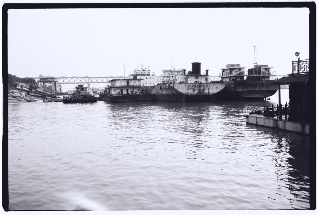 Quelques navires amarrés à couple sur le fleuve
