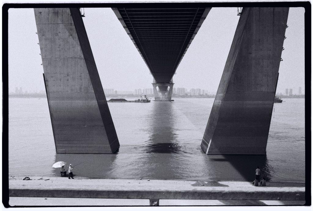 Un pont enjambe l'un des plus grands fleuves du monde, le Yang Tse Kiang