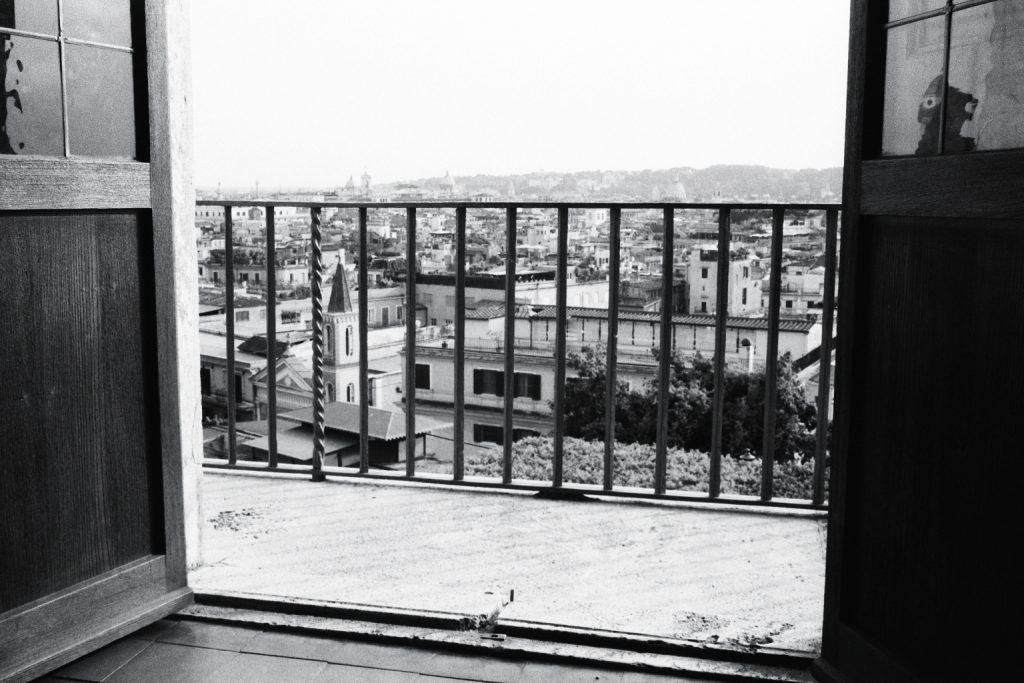 Vue sur Rome à travers les grilles du balcon