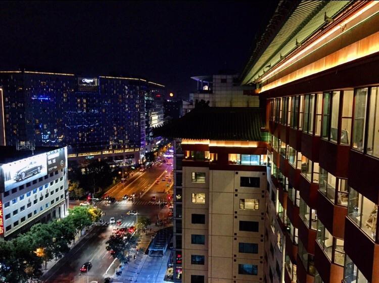 Pékin la nuit, la capitale ne s'arrête presque jamais.