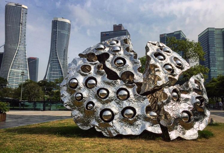 Art contemporain sur les bords du quartier des affaires de Hangzhou