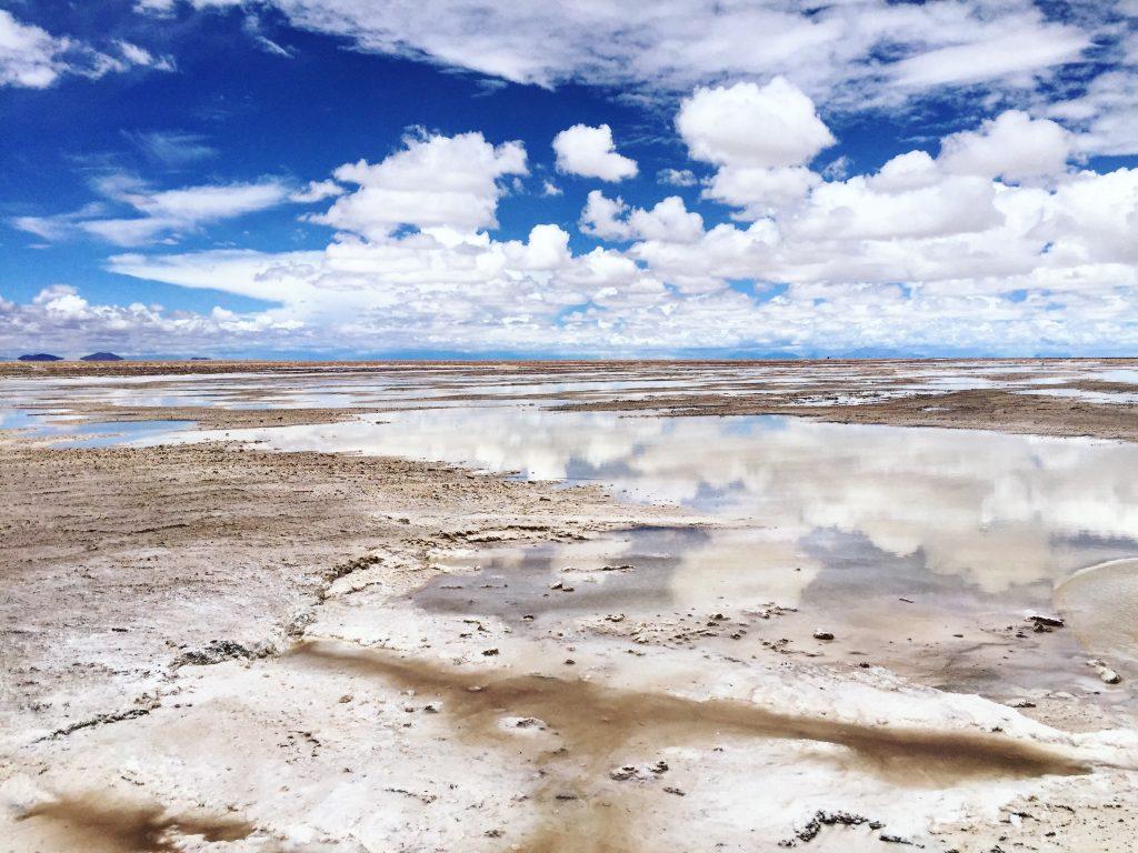 Les abords du désert de sel d' Uyuni, entre terre et sel