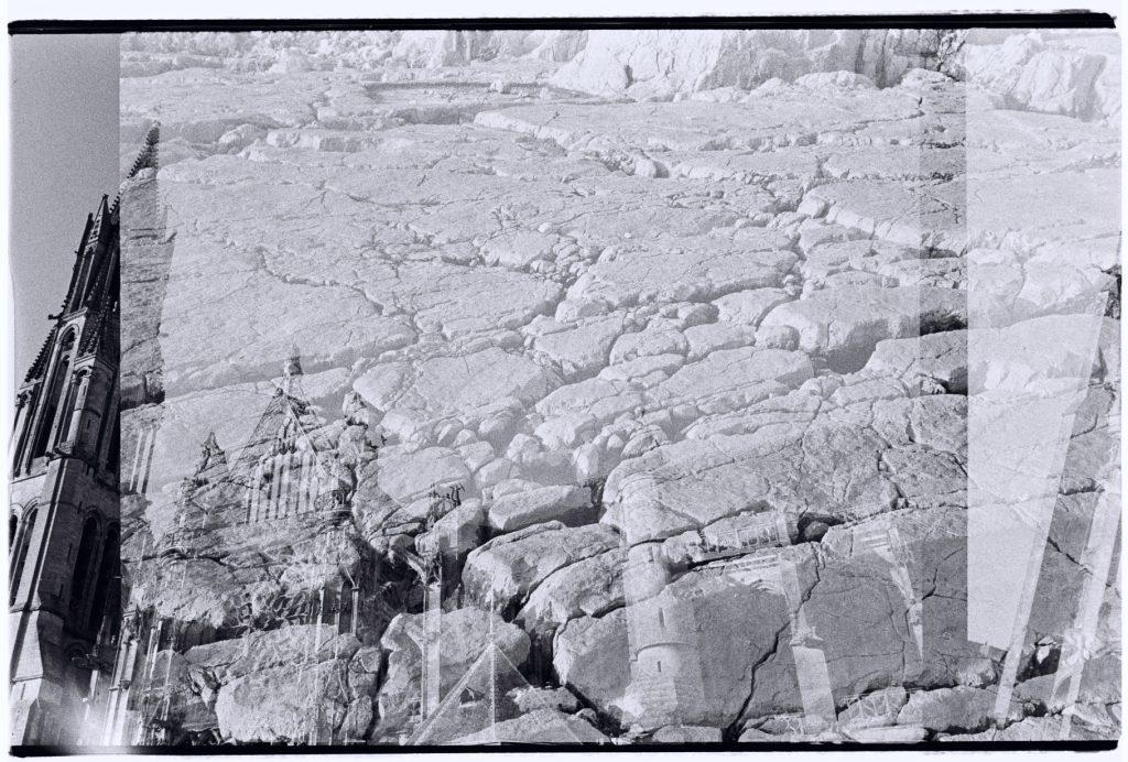 Une église et une côte de granit s'entremêlent pour faire bloc