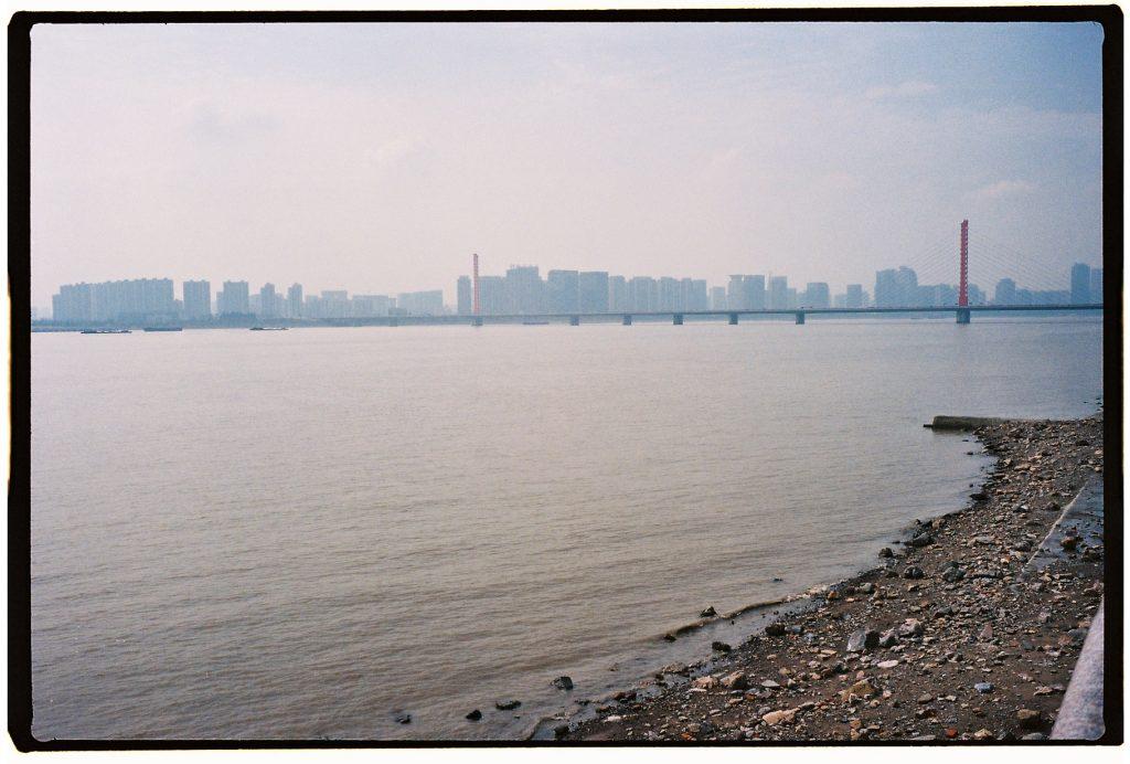 La ville de Hangzhou apparaît dans les lointains