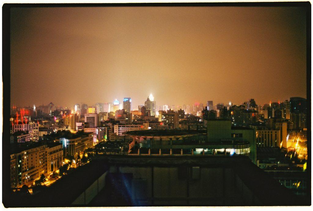 Photo prise depuis les toits de Hangzhou, la nuit