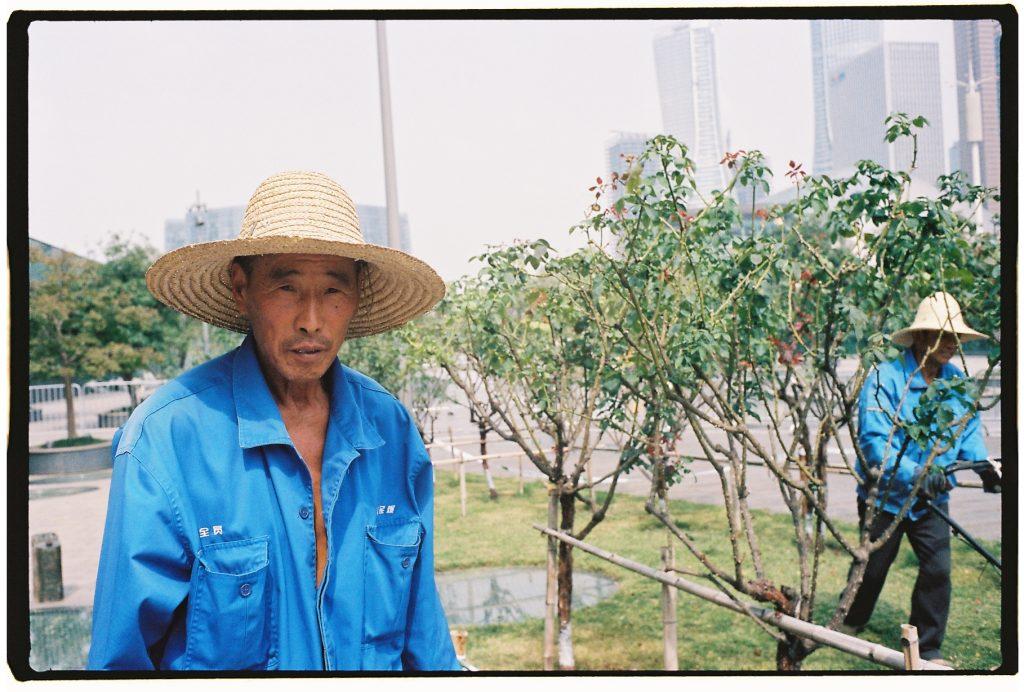 Un jardinier au travail à Hangzhou